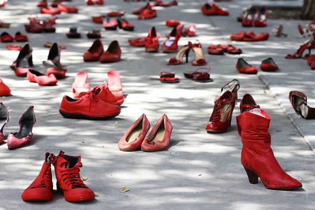 Un abito rosso contro la violenza sulle donne. La mobilitazione dell'Auser di Reggio per il 25 novembre