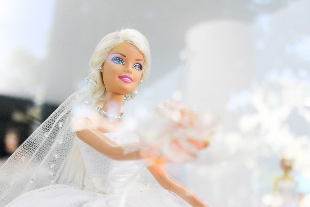 Un laboratorio per imparare a cucire i vestitini delle bambole con le volontarie Auser di Casal Borsetti