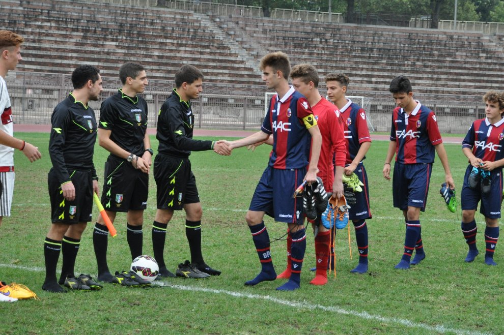 Torneo Arpad Weisz: giocatori in campo senza scarpe in solidarietà con i migranti