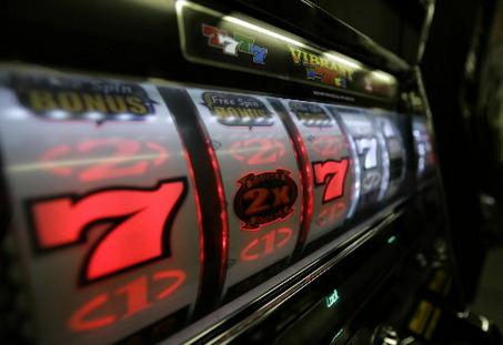 Gioco d'azzardo compulsivo: Auser e Gruppo Abele lanciano un indagine sugli over 65