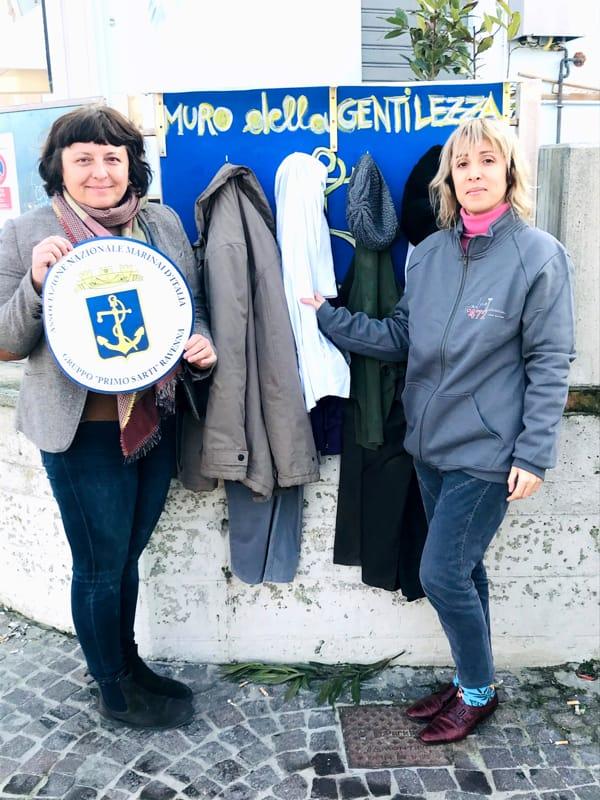 """A Marina di Ravenna nasce il """"muro della gentilezza"""", per donare vestiti e altri oggetti a chi ne ha bisogno"""
