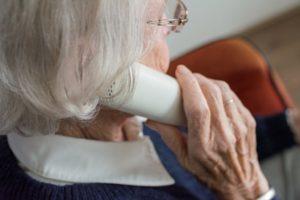 Telefonare alle persone anziane sole per un po' di compagnia: le riflessioni di una volontaria di Auser Bologna